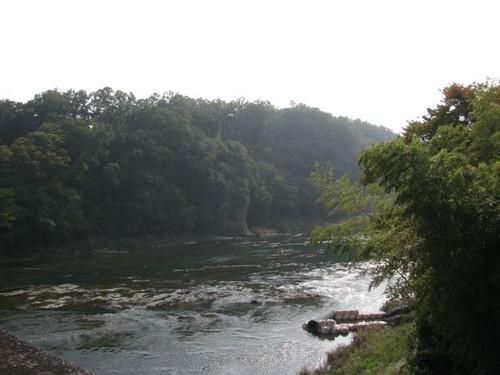 荒川にかかる橋から撮った鉢形城あたり